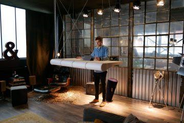 Floating Office NOLEX_Szene Stehen 2